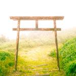 霧に煙る山頂にある神社の鳥居