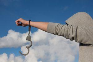 手錠を外す若者〜自由への出発〜自我の開放