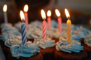 誕生日ケーキの灯る蝋燭の火