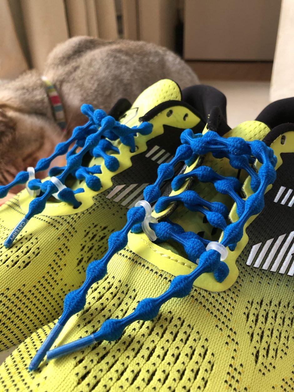 結ばない靴紐「キャタピラン」とニューバランスのシューズ
