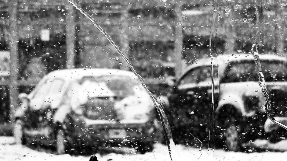 雨の中、車を運転