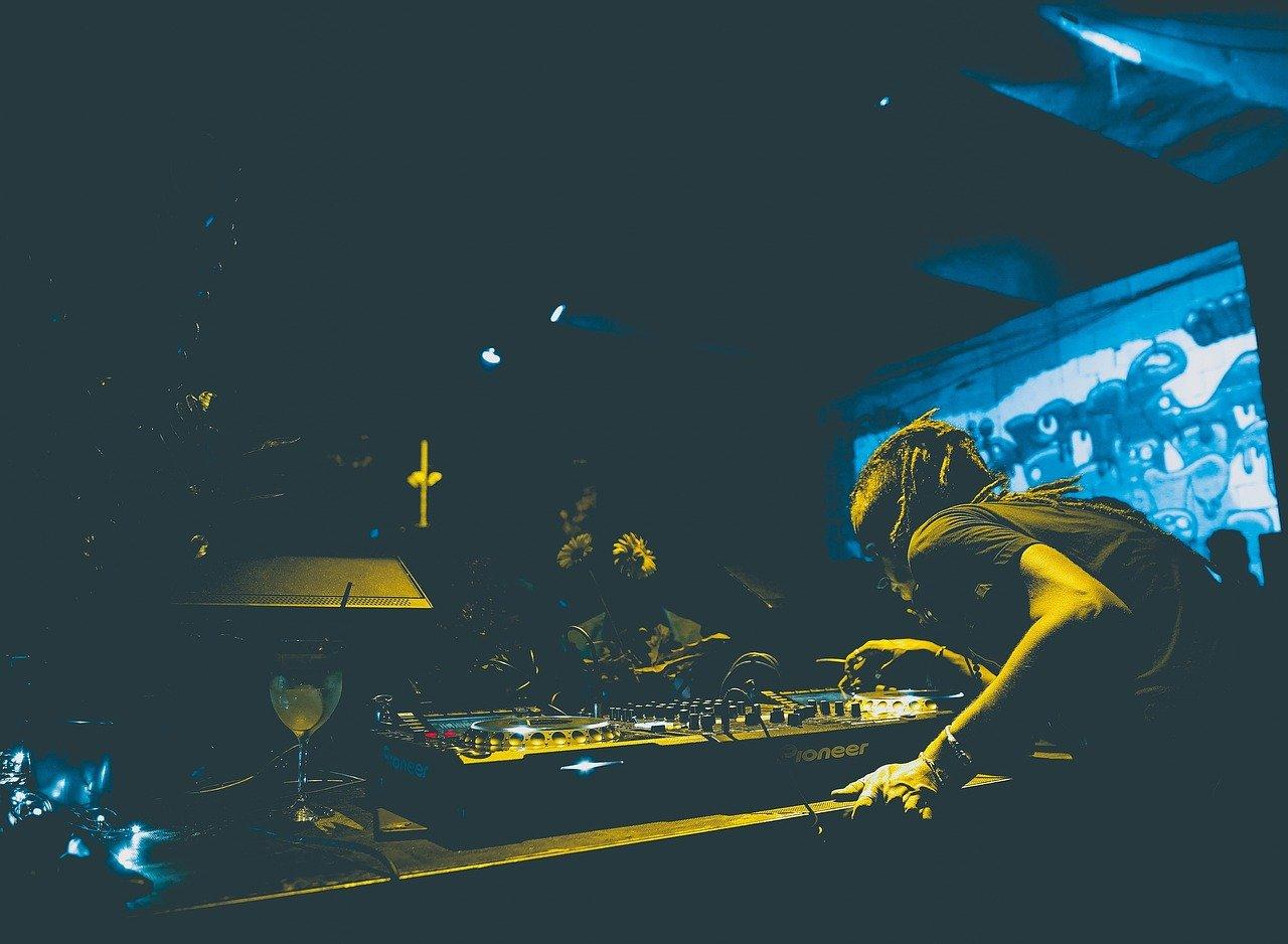 EDM DJ ロック 低音 サウンド